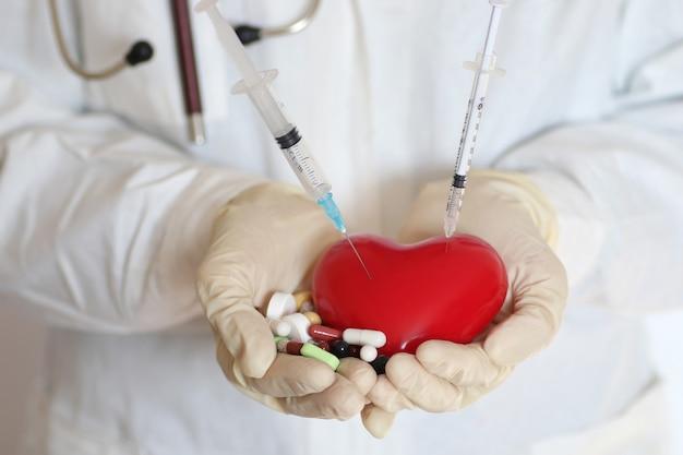 의사의 손 개념을 잡고 심장에 주사기