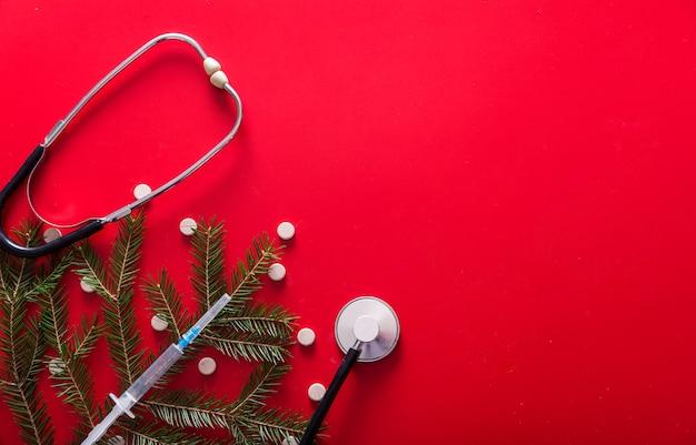 Шприц таблетки маска стетоскоп и ветви елки