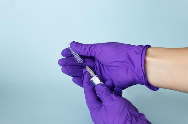의사의 손에 백신 주사기