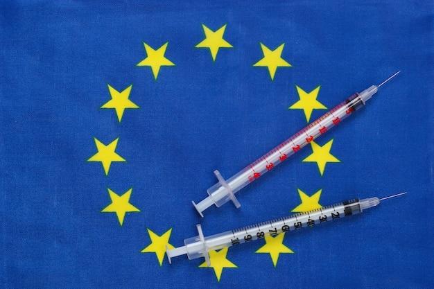 유로 연합 국기와 주사기. 백신 접종