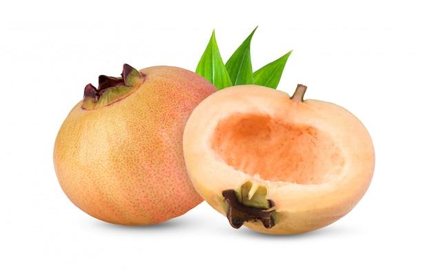 Syzygium jambosまたは白で隔離の葉とローズアップル