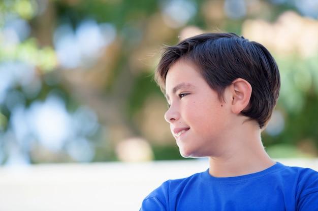 青いtシャツと10歳の面白い子供
