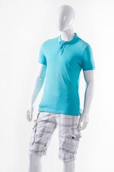 マネキンのtシャツとショートパンツ。夏服を着た男性のマネキン。青いtシャツと白いパンツ。ポロtシャツのカーゴショーツ。