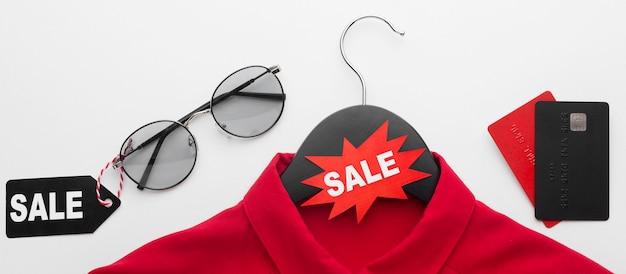 Распродажа киберпонедельника футболки с этикеткой и открытками