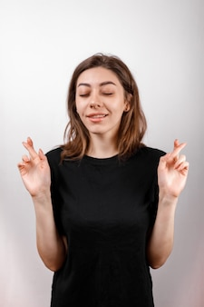 Дизайн футболки, концепция счастливых людей - улыбается женщина в черной футболке