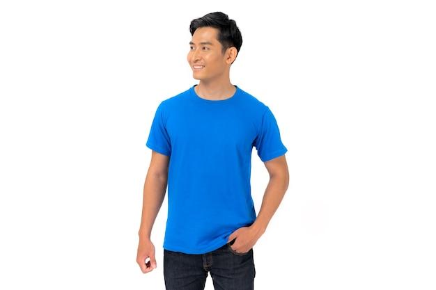 Tシャツのデザイン、白い背景で隔離の青いtシャツの若い男