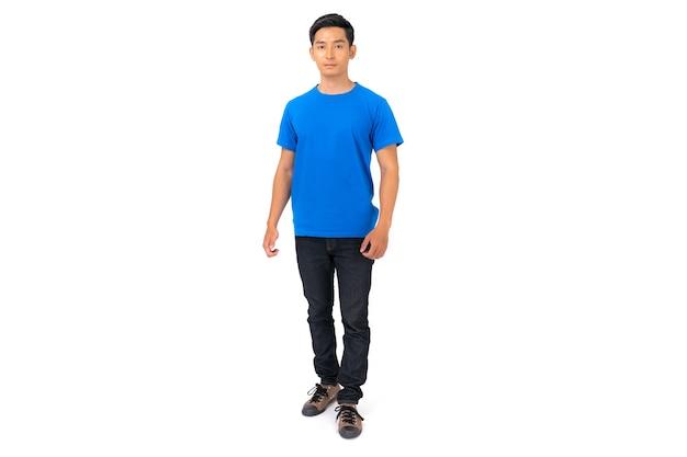 Tシャツのデザイン、青いtシャツの若い男が分離