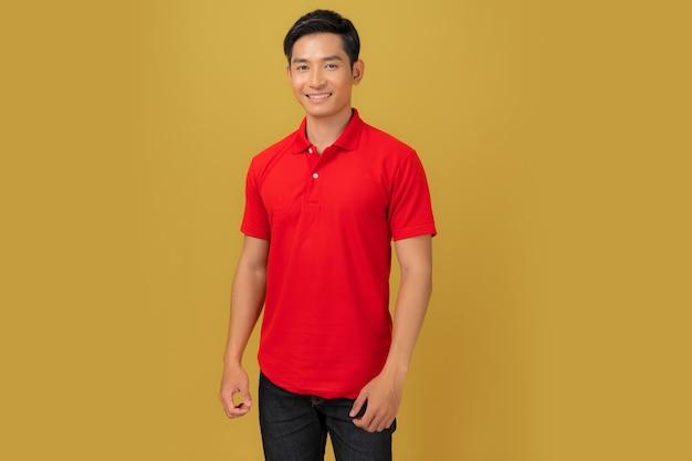 Tシャツのデザイン、オレンジ色に分離された赤いシャツの若い男