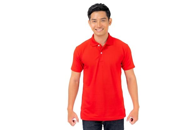 Tシャツのデザイン、白で隔離の赤いシャツの若い男