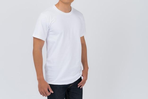 Tシャツのデザイン、白いtシャツの若い男が分離