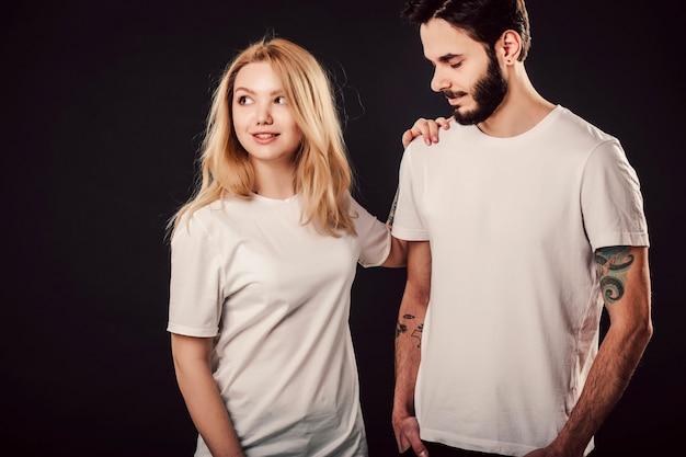 Tシャツのデザイン、空白の白いシャツの若い女性と男性