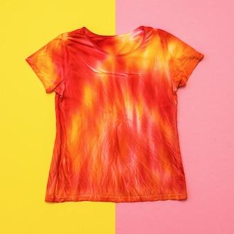 絞り染め風の鮮やかな色のtシャツ。フラットレイ。絞り染め風の染み布。フラットレイ。