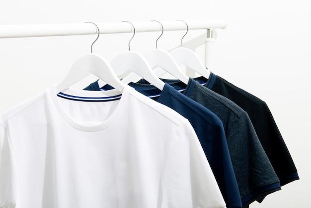 白いラックにスタックをぶら下げtシャツ、クローズアップ
