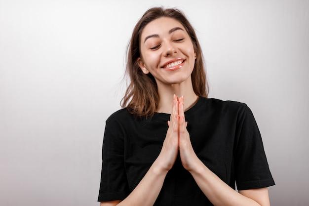 Tシャツのデザイン、幸せな人々のコンセプト-黒のtシャツで笑顔の女性