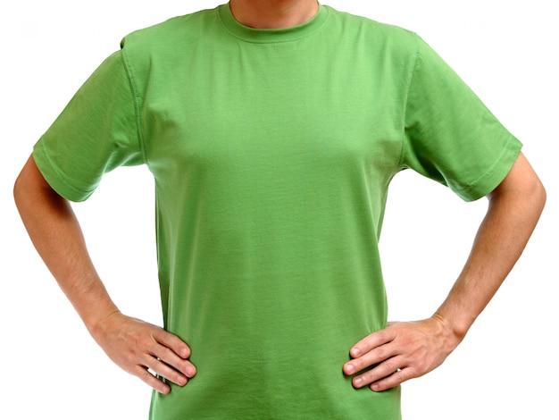 白で隔離される若い男に緑のtシャツ
