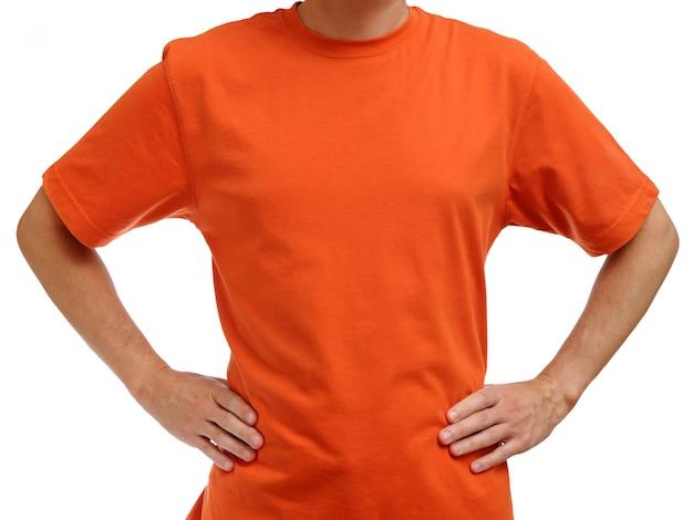 白で隔離される若い男のオレンジ色のtシャツ