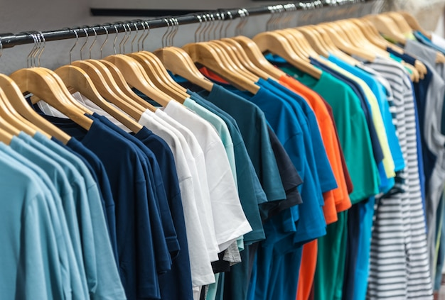 ワードローブにぶら下がっている多くのtシャツ