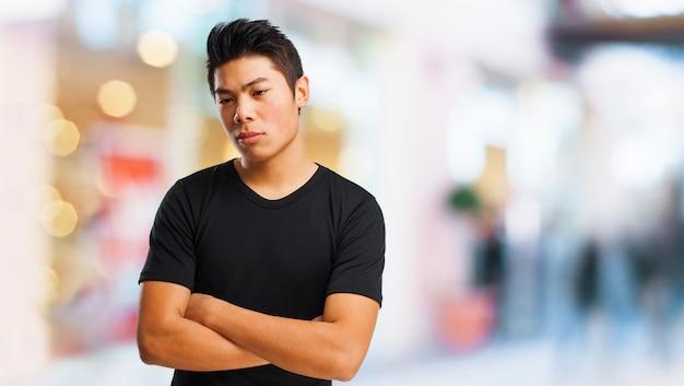 黒のtシャツの思考を持つ十代のクローズアップ