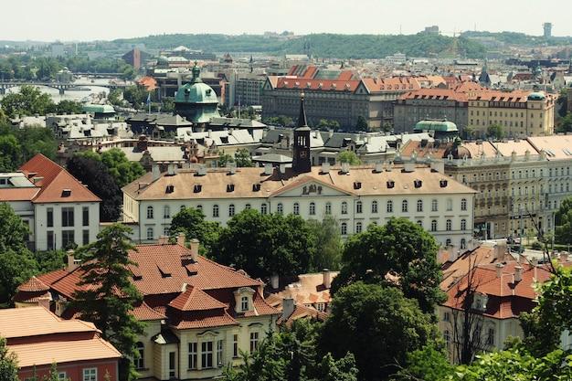 Tのプラハ旧市街広場の伝統的な赤い屋根の家