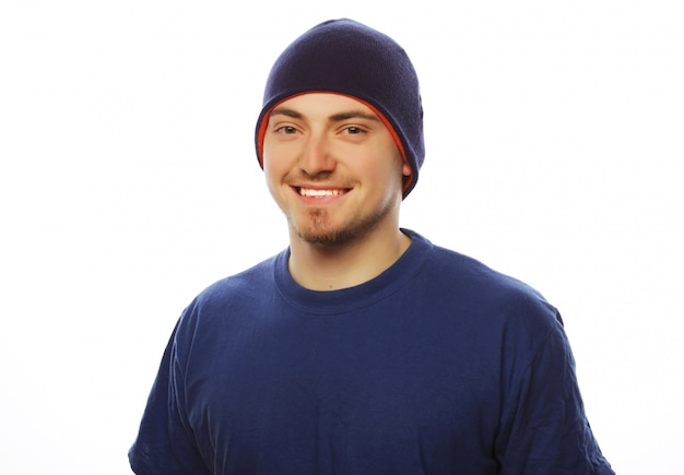 青いtシャツと青い帽子の男。