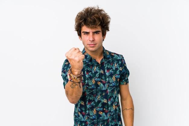 拳を示す分離された花tシャツを着ている若い白人男