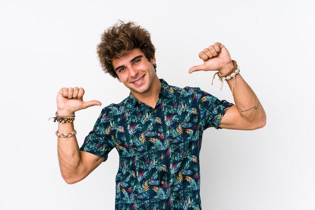 花のtシャツを着た若い白人男性は、誇りと自信を持っていると感じています。