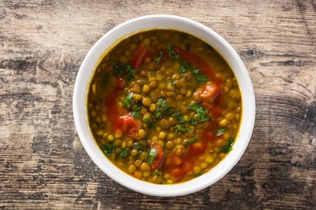 木製のテーブルの上にボウルにインドのレンズ豆のスープダル(ダル)。 t