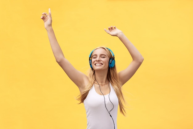 ライフスタイルのコンセプト:白いtシャツと音楽を聴くのうれしそうな女性の肖像画