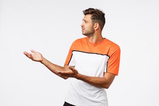 スポーツtシャツで失望した悲しいひげを生やした男性の男性トレーナー