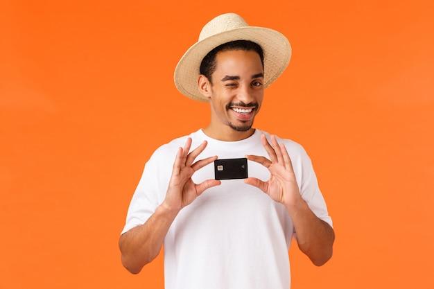 白いtシャツ、夏帽子のリラックスした、生意気なかわいいアフリカ系アメリカ人の男