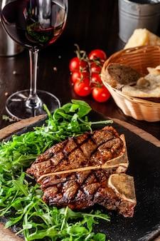 牛肉の熟成のジューシーなtボーンステーキ。