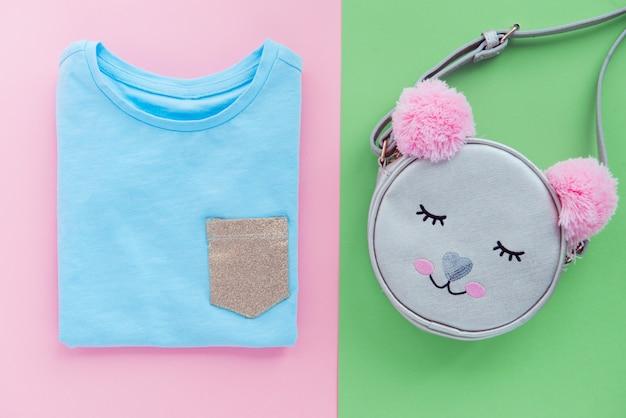 子供のトレンディなバッグと青いtシャツフラットレイアウト