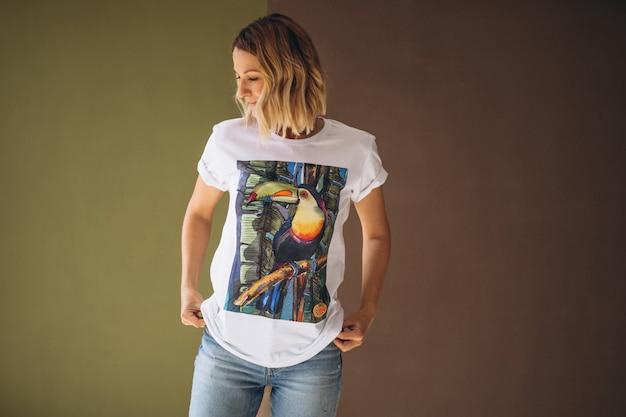 Tシャツを着てきれいな女性