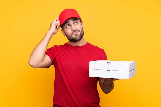 赤い帽子とtシャツのピザ配達人