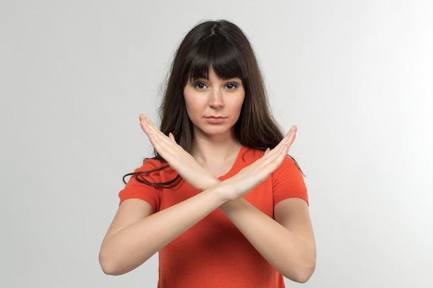 白の長い髪の方法の兆候を示さない設計されたtシャツの若い女性