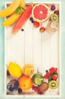 フレッシュジュースまたは木製tの果物と野菜のスムージー