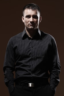 縞模様の黒のtシャツと黒のズボンと真面目な実業家