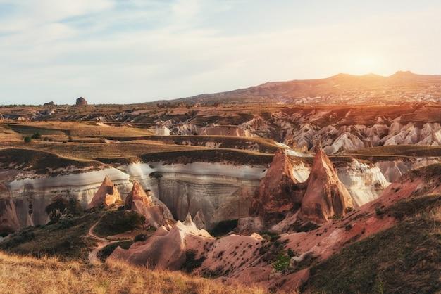 カッパドキア、アナトリア、tの赤い谷の素晴らしい日の出