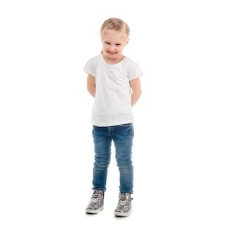白い背景で隔離のtシャツ立っている女の子