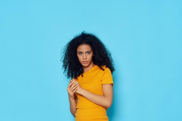 Tシャツのポーズの女性アフリカ系アメリカ人