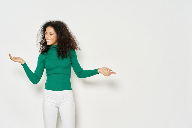 色付きのスペースポーズのtシャツスペースで女性アフリカ系アメリカ人