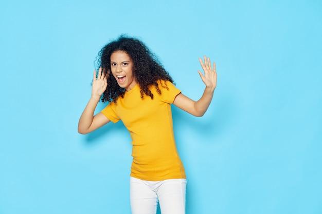 Tシャツの女性アフリカ系アメリカ人