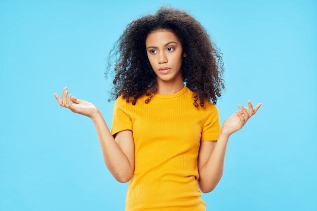 スタジオでのtシャツの女性アフリカ系アメリカ人