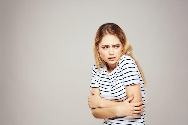 Tシャツ、ハンサムなモデル、さまざまな感情の若い女性