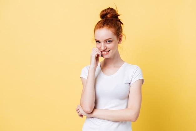 Tシャツの謎の生姜女性が彼女の指を噛む