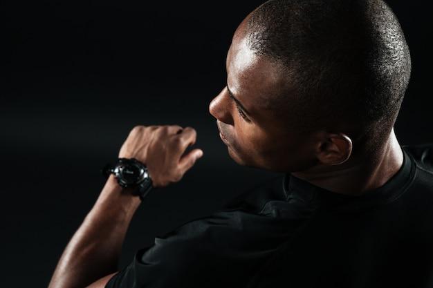 黒のtシャツに身を包んだ若いアフロアメリカンの男のクローズアップ画像