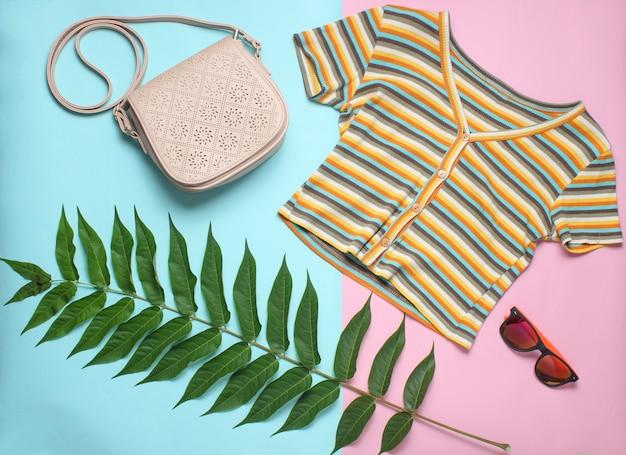 シダの葉、tシャツ、サングラス、バッグ。女性のアクセサリー、植物スタイル、トップビュー、フラットレイアウト