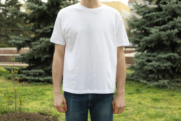 空白の白いtシャツの男。屋外写真