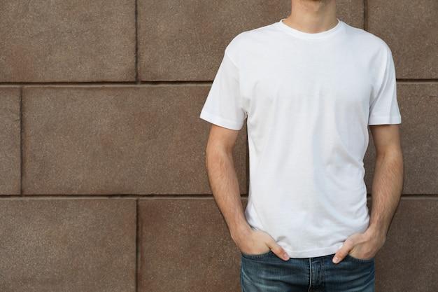 建物に対する空白の白いtシャツの男性
