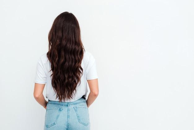 Tシャツのポーズを着て長い黒髪の美しい若い女性